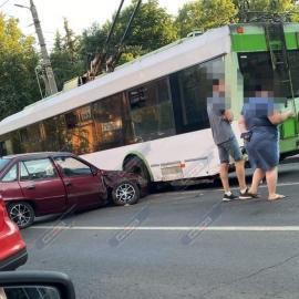 В Курске 20-летний водитель ДЭУ столкнулся с троллейбусом и Тойотой