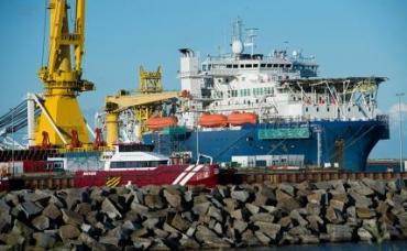 """На фото: российское трубоукладочное судно """"Академик Черский"""" в немецком порту Мукран на острове Рюген, используемый в качестве логистического центра для строительства газопровода """"Северный поток - 2"""""""