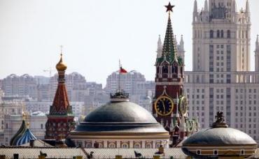 На фото: вид на купол храма Василия Блаженного, Сенатский дворец и Спасскую башню