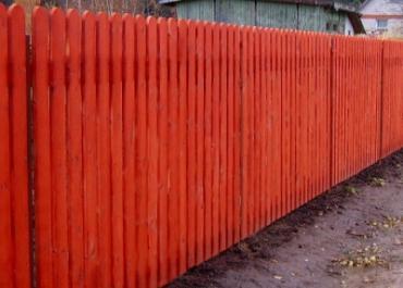 Чем и как лучше покрасить деревянный забор надолго