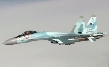 На фото: истребитель Су-35 ВКС РФ, сопровождающий стратегический ракетоносец Ту-160 ВКС РФ, во время планового полета над нейтральными водами акватории Балтийского моря. Снимок с видео