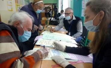 На фото: жители города во время голосования на выборах в органы местного самоуправления на избирательном участке