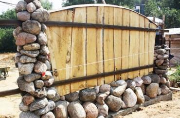Как сделать забор из булыжника своими руками