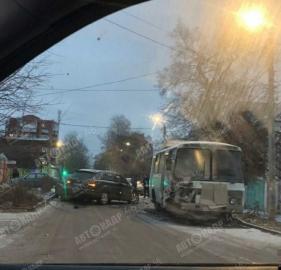 В Курске ищут водителя «Ауди», который въехал в стоящий «ПАЗик»