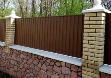 Забор из металлического сайдинга под дерево или бренно: установка его своими руками