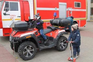 В Курске спасатели провели спортивный праздник на Театральной площади
