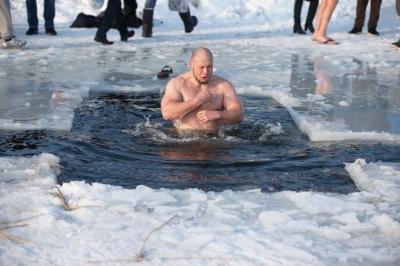 Полезны ли крещенские купания? Кому нельзя купаться в проруби на крещение?