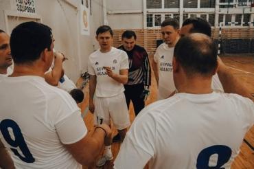 Курские волонтеры сыграли в мини-футбол с чиновниками