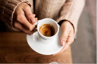 Можно ли начинать утро с кофеиносодержащих напитков? Что будет, если пить чай и кофе натощак?