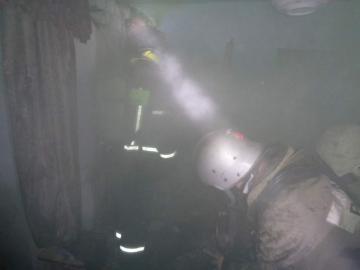 Сегодня ночью в Курской области загорелся деревянный дом