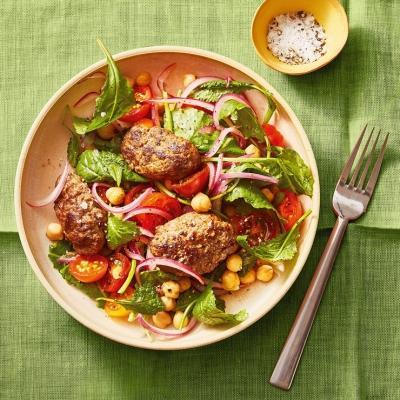 Котлетки из говядины с салатом и нутом