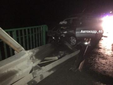 Под Курском внедорожник въехал в ограждение моста, ранены 2 человека