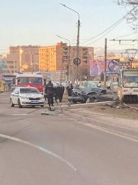 В Курске на 1-ой Кожевенной автомобиль снес столб