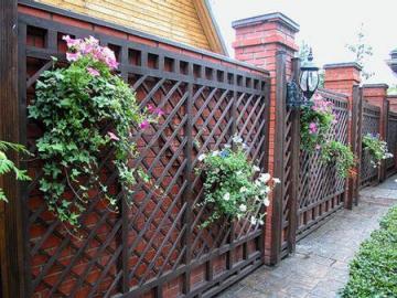 Ландшафтный дизайн перед забором на улице: фото