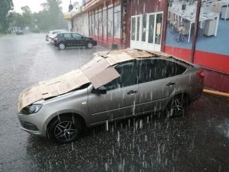 В Курске водители спасали машины от града одеялами и коробками