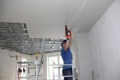 Как установить гипсокартон на потолок: надёжные и проверенные способы