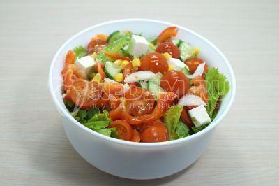 Салат с фетаксой и помидорами черри