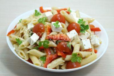 Овощной салат с макаронами и сыром