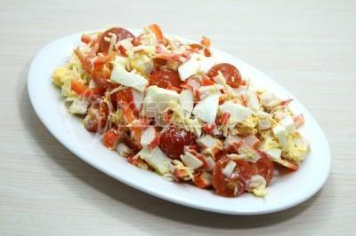 Салат с крабовыми палочками, помидорами, яйцами и сыром