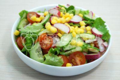 Салат с редисом, кукурузой, помидорами и огурцом