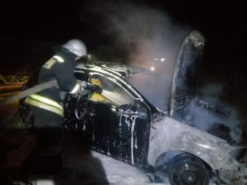 Во Льгове Курской области ночью загорелся Опель Астра