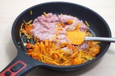 Макароны с куриным фаршем и овощами на сковороде