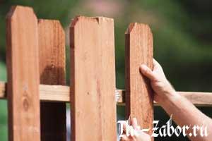 Как самостоятельно построить забор из дерева?