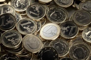 Евро впервые с конца июня подешевел до 86 рублей