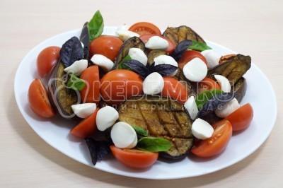 Салат из запеченных баклажанов с помидорами и сыром
