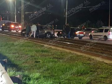 На Перекальского в Курске KIA столкнулась с Hyundai и врезалась в столб