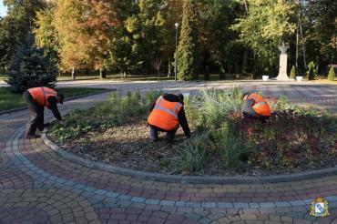 В Первомайском парке Курска цветники и клумбы подготавливают к холодам